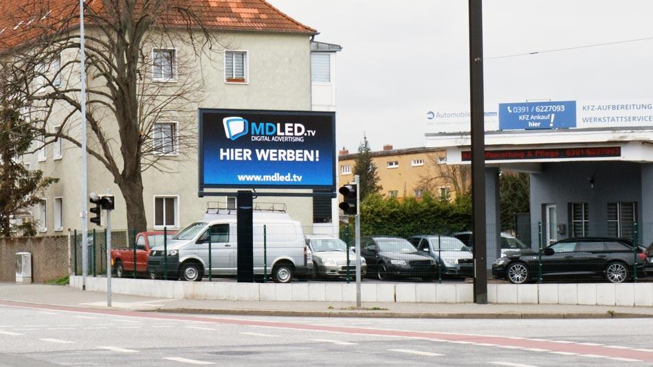 Strassenansicht der LED-Werbewand in Magdeburg